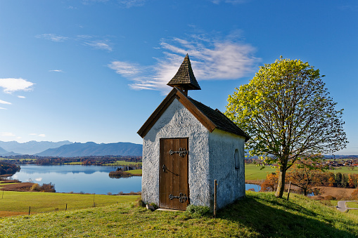 Bavarian Prealps「Germany, Bavaria, Mesnerhaus Chapel on Aidlinger Hoehe with Lake Riegsee」:スマホ壁紙(18)