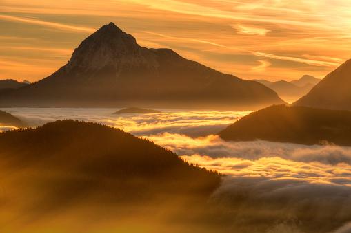 Jachenau「Germany, Bavaria, Jachenau, view from Hirschhoernlkopf Southeast towards Guffert at sunrise」:スマホ壁紙(17)