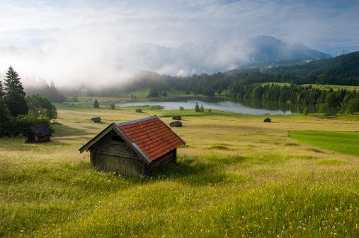 European Alps「Germany, Bavaria, Werdenfelser Land, lake Geroldsee with hay barn at sunset, in background the Karwendel mountains」:スマホ壁紙(16)