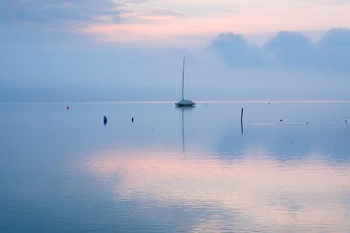 Dawn「Germany, Bavaria, sailing boat on Lake Starnberg at dawn」:スマホ壁紙(15)