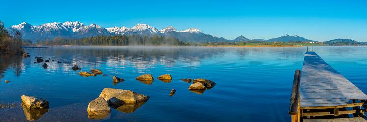 雪景色「Germany, Bavaria, Allgaeu, Lake Hopfensee in the morning」:スマホ壁紙(3)