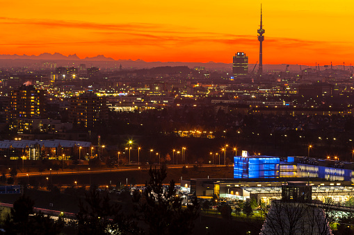 Munich「Germany, Bavaria, Munich, Cityscape at sunset with Alps in background」:スマホ壁紙(9)