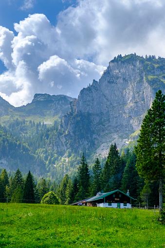 Bavarian Prealps「Germany, Bavaria, Arzbach, Scenic view of secludedHintereLangentalalmcafe withBenediktenwandridge in background」:スマホ壁紙(6)