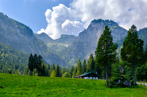 Bavarian Prealps「Germany, Bavaria, Arzbach, Scenic view of secluded Hintere Langentalalm cafe with Benediktenwand ridge in background」:スマホ壁紙(5)