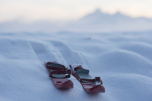 スキー「Germany, Bavaria, Wallgau, pair of red childrens ski on snow」:スマホ壁紙(18)