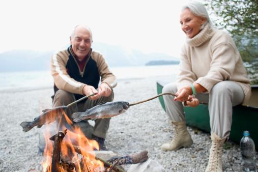 雪「Germany, Bavaria, Senior couple sitting at campfire, grilling fish」:スマホ壁紙(0)