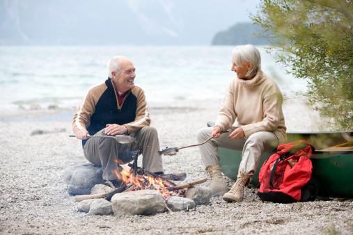 雪「Germany, Bavaria, Senior couple sitting at campfire, grilling fish」:スマホ壁紙(10)