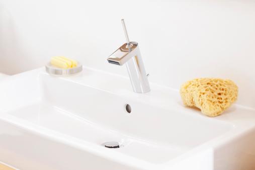 スイセン「Germany, Bavaria, Bathroom sink with soap and sponge」:スマホ壁紙(9)