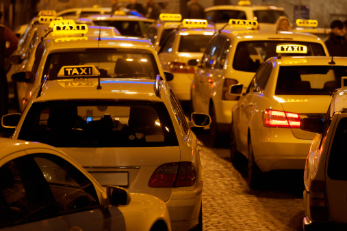 Waiting In Line「Germany, Bavaria, Munich, Illuminated sign on taxi showing availability」:スマホ壁紙(17)