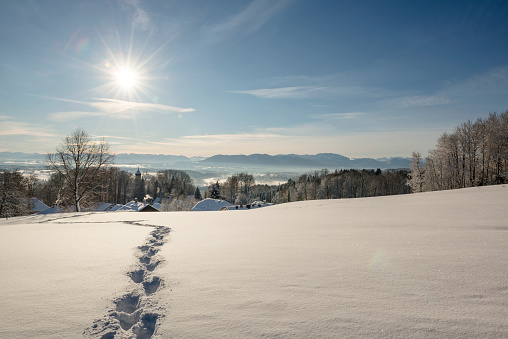 雪山「Germany, Bavaria, Eurasburg, View to Loisach Valley, footmarks in winter」:スマホ壁紙(7)