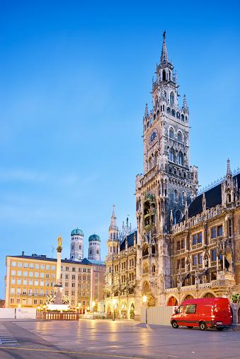 Town Square「Germany, Bavaria, Munich, View of Marienplatz, New town hall, Marian Column and Frauenkirche in the evening」:スマホ壁紙(10)