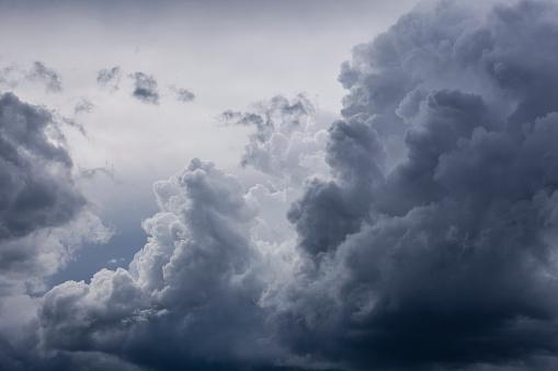 胸を打つ「Germany, Bavaria, rain cloud」:スマホ壁紙(10)