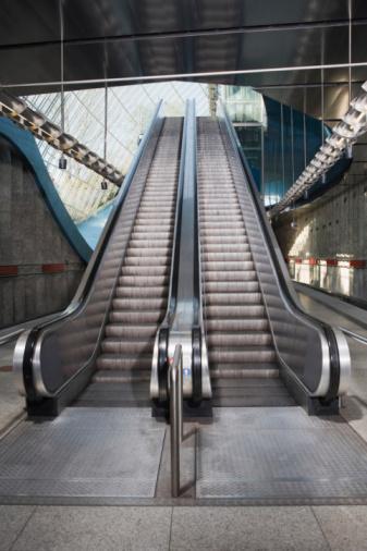 Escalator「Germany, Bavaria, Munich, Empty escalator in subway station」:スマホ壁紙(15)