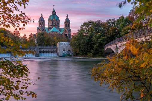 Munich「Germany, Bavaria, Munich, River Isar, Prater Island and St Luke's church in autumn」:スマホ壁紙(19)