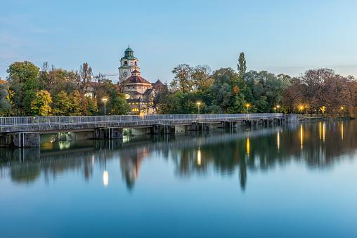 Footbridge「Germany, Bavaria, Munich, River Isar and Muellersches Volksbad in autumn」:スマホ壁紙(12)