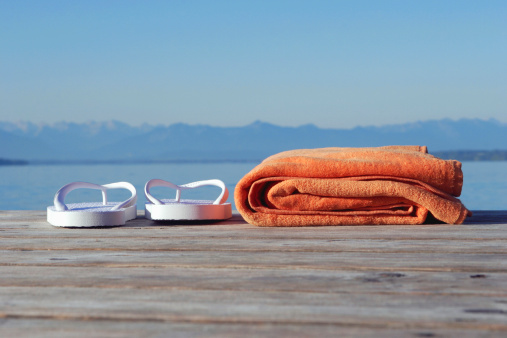 Flip-Flop「Germany, Bavaria, Lake Starnberg, bathing shoes and towel on jetty」:スマホ壁紙(14)