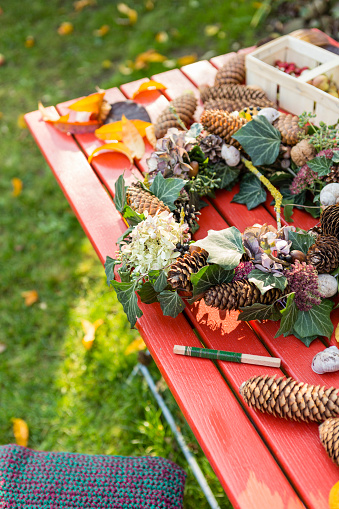 Pine Cone「Autumnal wreath with hortensia, pine cones and ivy on garden table」:スマホ壁紙(16)
