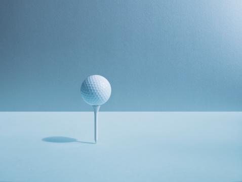 Blue Background「Golf ball balancing on tee」:スマホ壁紙(2)