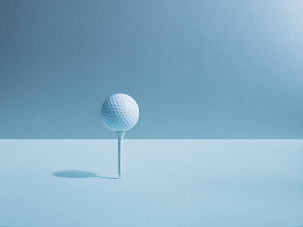 Golf ball balancing on tee:スマホ壁紙(壁紙.com)