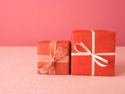 バレンタイン「Presents wrapped with bows」:スマホ壁紙(7)