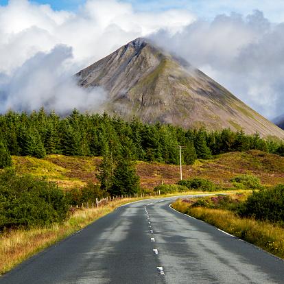 Isle of Skye「UK, Scotland, Isle of Skye Road among plain leading towards mountains」:スマホ壁紙(6)