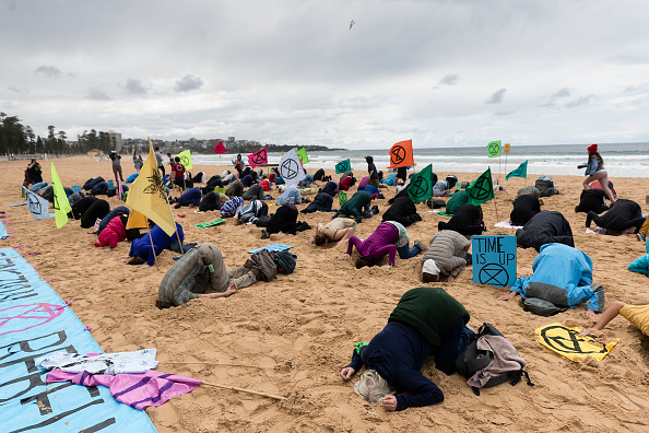 Bestpix「Activists Bury Heads In Sand At Manly Beach To Raise Awereness Of Climate Change」:写真・画像(9)[壁紙.com]