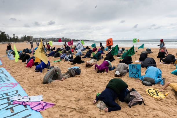 Activists Bury Heads In Sand At Manly Beach To Raise Awereness Of Climate Change:ニュース(壁紙.com)