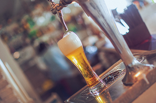 Beer Tap「Full glass of beer under the faucet at bar」:スマホ壁紙(0)