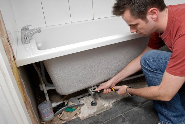 Home Improvement「Man installing new bath」:写真・画像(0)[壁紙.com]
