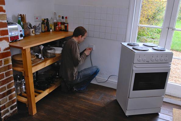 Home Improvement「Man installing cooker in Kitchen」:写真・画像(4)[壁紙.com]