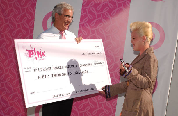 Pink Donates Cheque To BCRF:ニュース(壁紙.com)