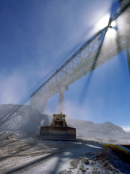 Dust「Conveyor and earthmover. Escondida copper mine. Chile. Minera Escondida is part owned by BHP Billiton (57.5%), Rio Tinto (30%), JECO Corp (10%) and IFC (2.5%)」:写真・画像(4)[壁紙.com]