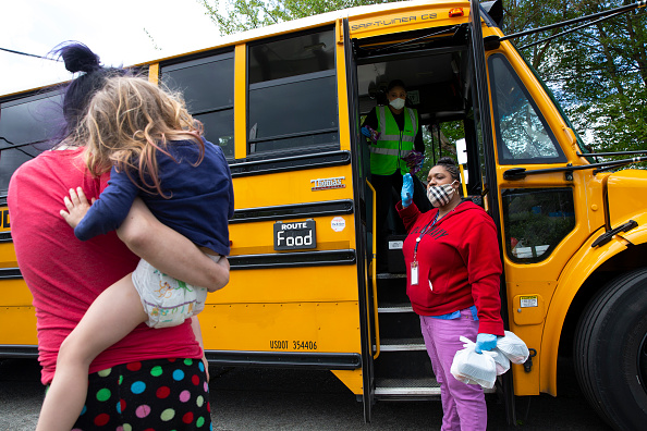 School Bus「Seattle School Bus Delivers Lunches To Kids During Coronavirus Shutdown」:写真・画像(3)[壁紙.com]