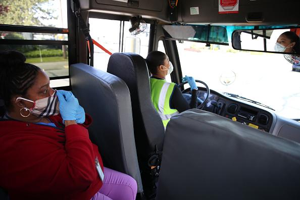 School Bus「Seattle School Bus Delivers Lunches To Kids During Coronavirus Shutdown」:写真・画像(15)[壁紙.com]