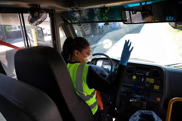 School Bus「Seattle School Bus Delivers Lunches To Kids During Coronavirus Shutdown」:写真・画像(8)[壁紙.com]