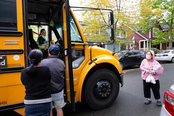School Bus「Seattle School Bus Delivers Lunches To Kids During Coronavirus Shutdown」:写真・画像(6)[壁紙.com]