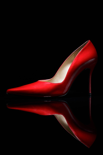 High Heels「Red shoe against black background」:スマホ壁紙(16)