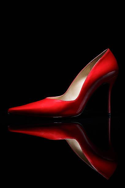 Red shoe against black background:スマホ壁紙(壁紙.com)