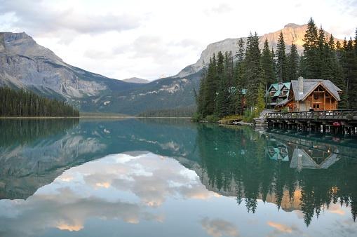 ヨーホー国立公園「エメラルドグリーンの湖、ロッジ、Yoho 国立公園、ブリティッシュコロンビア州(カナダ)」:スマホ壁紙(12)