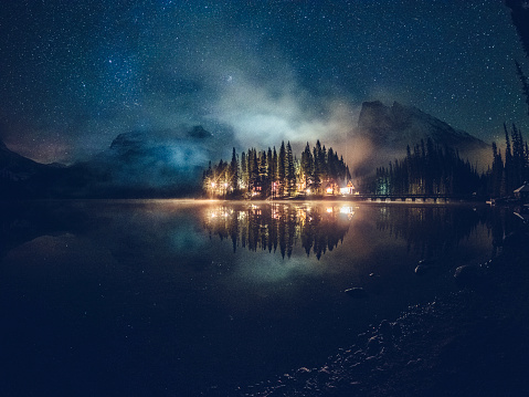 Yoho National Park「Emerald lake with illuminated cottage under milky way」:スマホ壁紙(7)