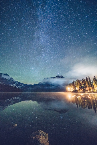 Yoho National Park「Emerald lake with illuminated cottage under milky way」:スマホ壁紙(8)