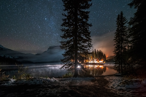 Yoho National Park「Emerald lake with illuminated cottage under milky way」:スマホ壁紙(15)