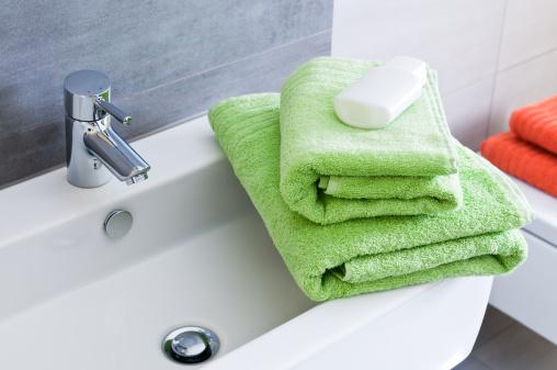 スイセン「長方形のバスルームの洗面台 2 つの白いタオルとボトルグリーン」:スマホ壁紙(12)