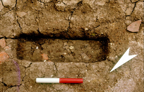 Rectangle「A rectangular cut for a short timber pillar that would have supported a cross beam of the stage floor; from the 1988–90 excavations at the Rose playhouse, 2–10 Southwark Bridge Road; scale 0.2m」:写真・画像(1)[壁紙.com]