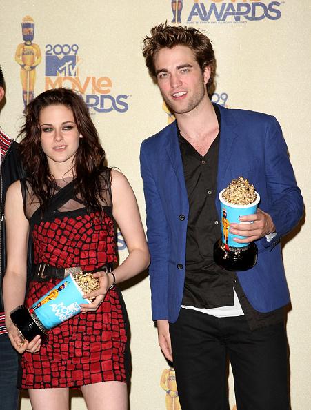 ロバート・パティンソン「18th Annual MTV Movie Awards - Press Room」:写真・画像(2)[壁紙.com]