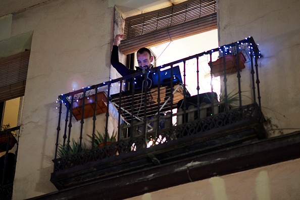 Balcony「Spain Continues Nationwide Lockdown To Combat The Coronavirus」:写真・画像(17)[壁紙.com]