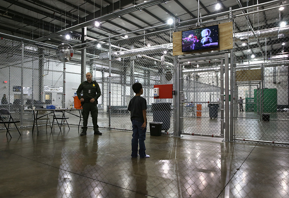 John Moore「U.S. Border Patrol Houses Unaccompanied Minors In Detention Center」:写真・画像(4)[壁紙.com]