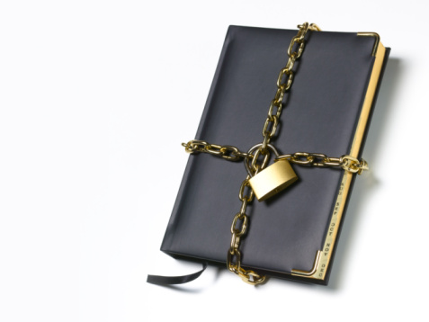 Diary「Little black book diary in padlock and chains.」:スマホ壁紙(6)