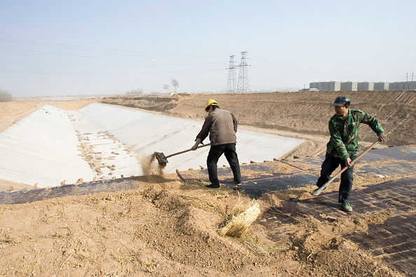 Shijiazhuang「Workers shovel dirt on the site of the South-to-North Water Diversion Project, near Shijiazhuang, Hebei Province, China, 28 February 2008.  This project will eventually carry water from the Yangtze River to the arid provinces of north China.  At present,」:写真・画像(4)[壁紙.com]