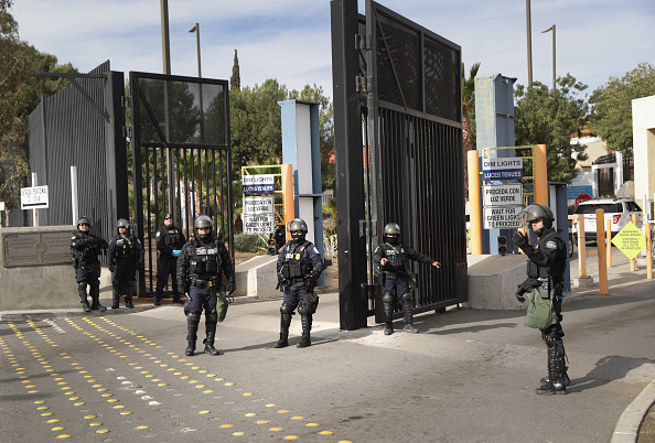 Entrance「Customs And Border Protection Holds Training Exercise Near CA-Mexico Border」:写真・画像(13)[壁紙.com]